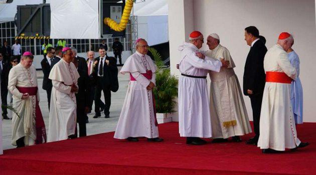 JMJ Panamá 2019: ¿Por qué los obispos que recibieron al Papa Francisco estaban vestidos de blanco?